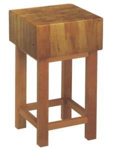 ceppo di legno con sgabello