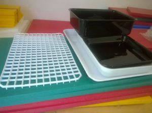 vaschette e vassoi di metacrilato ed espositori retine per banco frigo